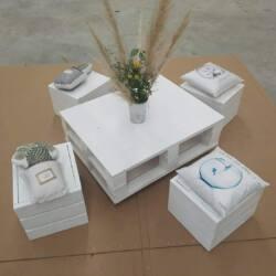 Mesa de centro hecha con palets con sillas es